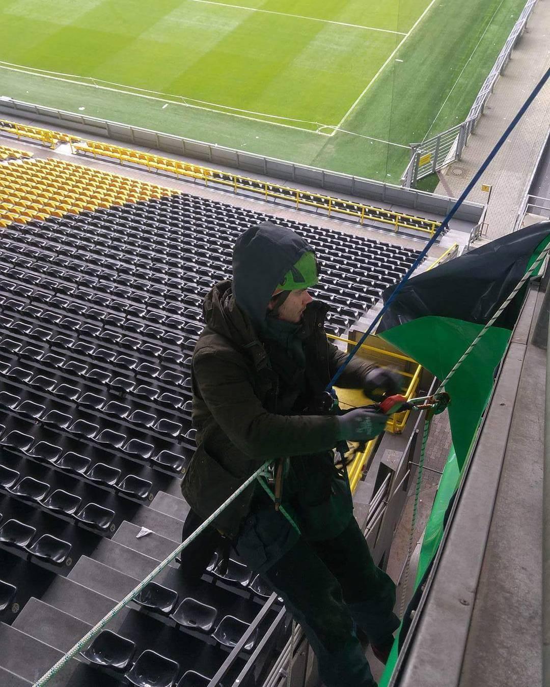 Montage von Werbebannern im Stadion des BVB09 durch Industriekletterer