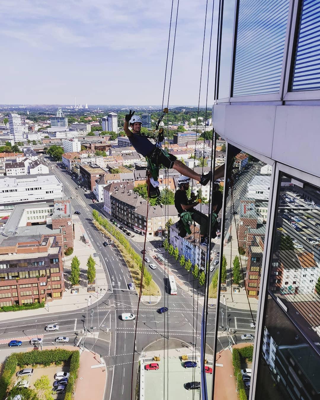 Fensterreinigung und Fassadenreinigung durch Industriekletterer in NRW