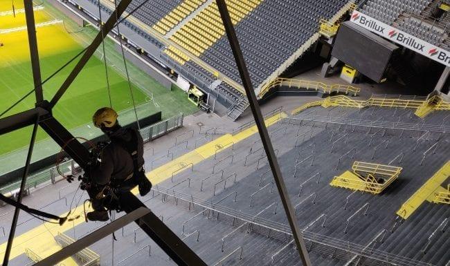 Installation von Kameras durch Industriekletterer im Stadion des BVB 09 in Dortmund