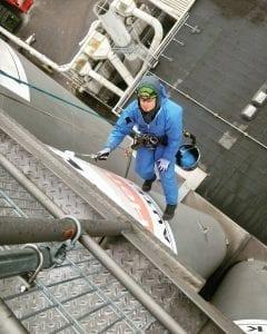 Malerarbeiten an einem Silo in NRW durch Industriekletterer bei denen ein alter Firmenname überstrichen wurde